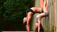 <p>Meski bajunya beda, pose yang mirip bikin duet yoga ibu dan anak ini keren abis. (Foto: Instagram/@laurasykora) </p>