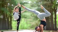 <p>Sejak kecil, anak perempuan Laura memang rajin ikut bundanya yoga. (Foto: Instagram/@laurasykora) </p>