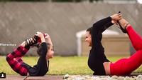 <p>Lihat deh, Bun, anak Laura happy banget ya bisa ikutan yoga bareng sang bunda. (Foto: Instagram/@minilaurasykora)</p>