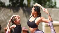 <p>Yoga bareng memang bisa jadi quality time ibu dan anak, Bun. (Foto: Instagram/@laurasykora)</p>