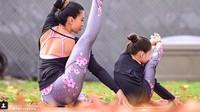 <p>Pakai baju yoga kembaran gini bikin pose yoga Laura dan si kecil makin kece. (Foto: Instagram/@laurasykora)</p>