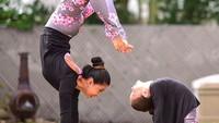 <p>Walaupun posenya berbeda, yoga yang mereka lakukan tetap kelihatan keren ya. (Foto: Instagram/@laurasykora)</p>