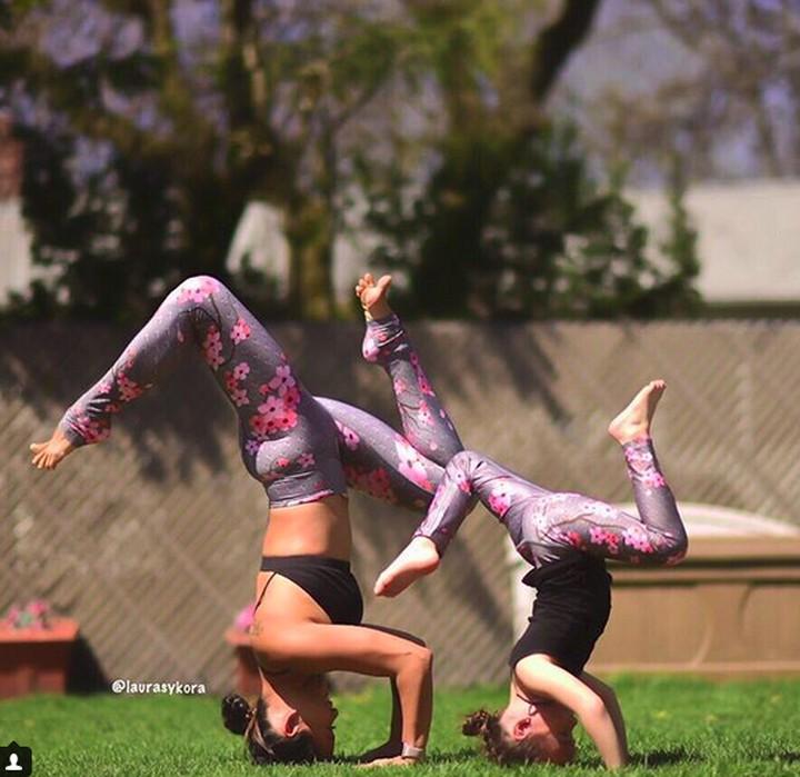 Berpose yoga bareng anak bisa jadi kegiatan yang keren sekaligus seru lho, Bun. Seperti yang dilakukan ibu bernama Laura ini.