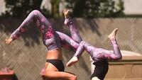 <p>Laura Kasperzak adalah nama bunda itu, Bun. Dia sering banget pose yoga bareng anak perempuannya yang berumur 9 tahun. (Foto: Instagram/@laurasykora)</p>