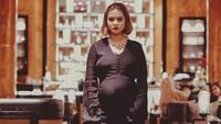 <p>Bumil yang satu ini makin glowing ya dengan long dress hitam begini. (Foto: Instagram/ @mytha_lestari) </p>