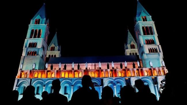 Hungaria menyelenggarakan Zsolnay Light Festival yang memadukan seni pencahayaan di lokasi-lokasi bersejarah di kota warisan bangsa Romawi, Pecs.