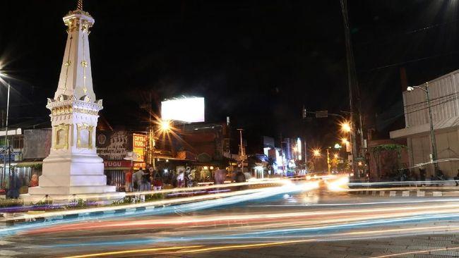 Pedagang batik di Pasar Beringharjo, Yogyakarta, memutuskan untuk menutup kios karena sepi pengunjung usai virus corona merebak.