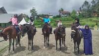 <p>Irfan dan keluarga barengan naik kuda. Della Sabrina Indah Putri, istri Irfan memegang salah satu anaknya biar nggak jatuh. (Foto: Instagram @irfanhakim75)</p>