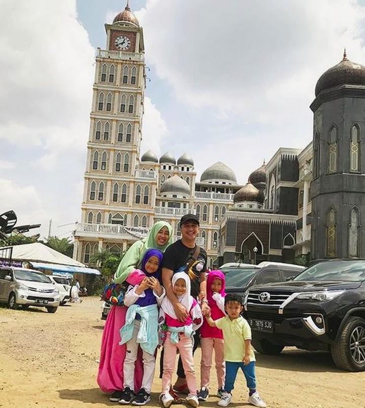 Aktor Irfan Hakim kompak banget deh bareng istri dan anaknya. Kalau nggak percaya, lihat saja foto-fotonya, Bun.