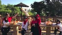 <p>Sarapan bareng jerapah. Seru ya! (Foto: Instagram @irfanhakim75)</p>