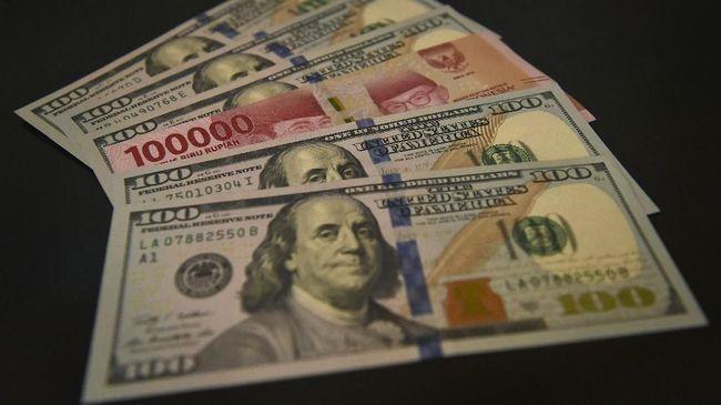Lembaran mata uang rupiah dan dollar AS diperlihatkan di salah satu jasa penukaran valuta asing di Jakarta, Senin (2/7). Mata uang rupiah di pasar spot exchange berada di level Rp14.375 per dolar AS atau terdepresiasi 50 poin atau 0,35 persen dibandingkan perdagangan sebelumnya yang berada pada nilai Rp14.325. ANTARA FOTO/Puspa Perwitasari/kye/18