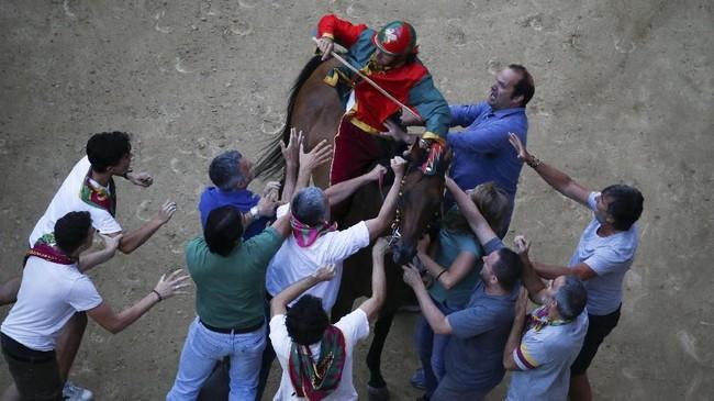Pacuan kuda Palio di Siena telah bertahan lebih dari tiga abad, sebagai pengabdian dan penghormatan untuk Bunda Maria Sang Perawan.