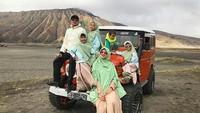 <p>Irfan bersama istri dan keempat anaknya lagi jalan-jalan ke Bromo. Mereka menumpang jeep. Dingin-dingin gaya mereka tetap kompak ya, Bun. (Foto: Instagram @irfanhakim75)</p>