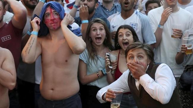 Kemenangan timnas Inggris disambut gembira oleh para suporternya. Lewat drama adu penalti dengan skor 4-3, Inggris memecahkan kutukan di ajang adu penalti.