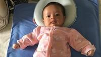 <p>Pakai baju warna pink, Baby Eijaz makin cantik. (Foto: Instagram @fairuzrafiq)</p>
