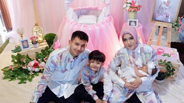 Keseruan Fairuz A Rafiq Saat Beri Putrinya MPASI Pertama