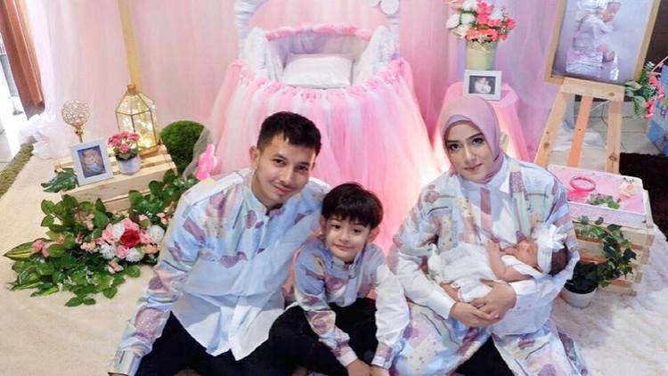 Seluruh anggota keluarga sampai ikutan mencoba MPASI untuk putri kecil Fairuz A Rafiq, Ejiaz.