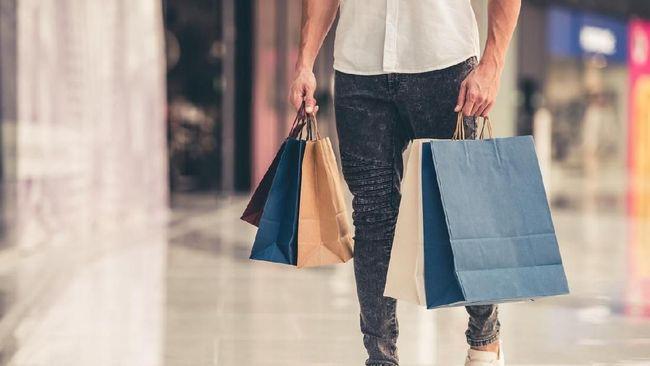 Bukan hanya wanita, pria pun gemar berbelanja. Bahkan, angka transaksi secara kredit yang dilakukan pria lebih banyak ketimbang wanita.