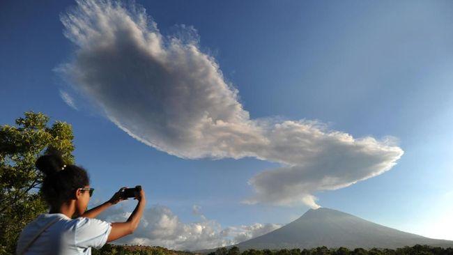 Pembagian masker terpantau di Desa Besakih, Pura Gae, Temukus, Pempatan, menyusul hujan abu tipis dari letusan Gunung Agung.