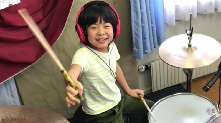 Yoyoka Soma, gadis cilik umur 8 tahun ini membawakan cover lagu Led Zeppelin. Siapa sangka dia sukses menyita perhatian vokalis band legendaris itu.