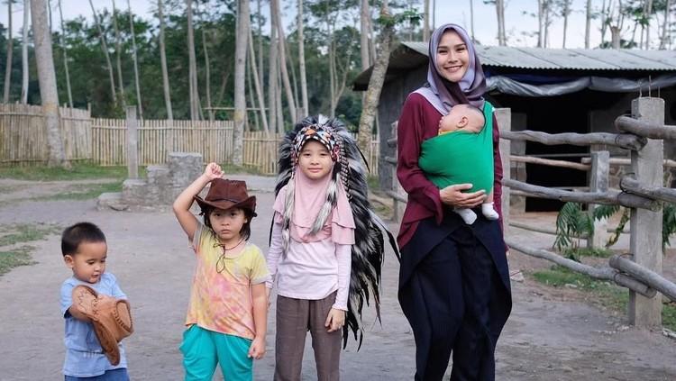 Zaskia Adya Mecca termasuk ibu yang nggak mudah membelikan mainan untuk si kecil. Kenapa ya?