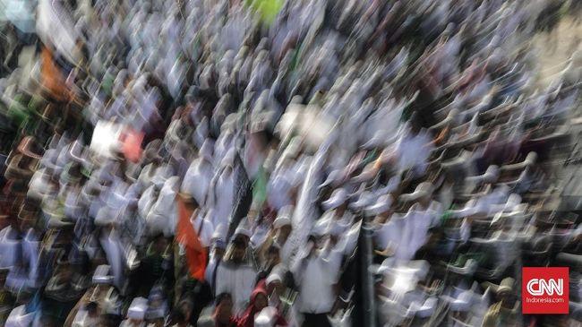 Massa yang terpantau melakukan aksi pembelaan atas Bahar bin Smith yang dijadwalkan diperiksa penyidik Bareskrim di antaranya membawa simbol FPI dan LPI.