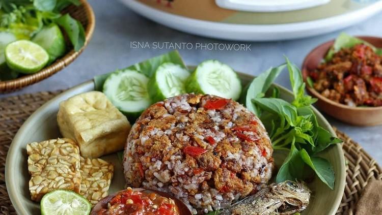 Bosan dengan makanan yang itu-itu saja? Coba yuk makanan khas Sunda yang rasanya nampol di lidah.