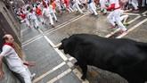 Festival yang telah diadakan setiap tahunnya selama ratusan tahun ini menuntut para pelari untuk menyelamatkan dirinya dari banteng yang bernafsu menyeruduk. (REUTERS/Susana Vera)