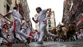 Setiap tahunnya di pekan pertama Juli, Pamplona di Spanyol utara kedatangan ribuan orang dengan keinginan yang sama, kabur dari banteng. (REUTERS/Susana Vera)