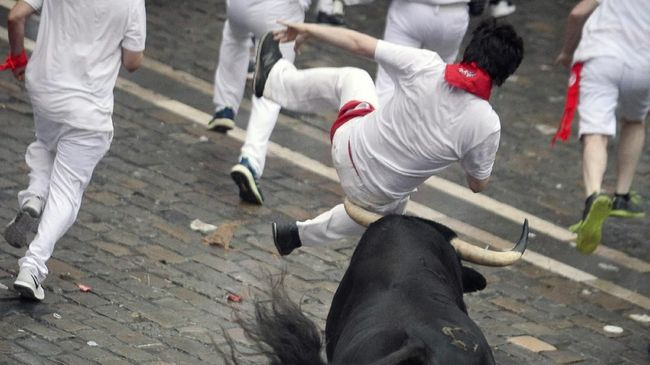 Dua turis AS mengalami luka di leher dan pinggul akibat ditanduk oleh banteng saat mengikuti Festival San Fermin di Spanyol.