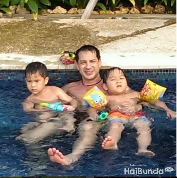 <p>Bonding time Ari dengan kedua jagoannya, Kenzo dan Marco. Asyiknya yang berenang dengan ayah. (Foto: Instagram @ariwibowo_official)</p>