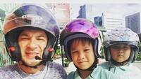 <p>Saat nggak ada shooting, Ari memberi kejutan ke si kecil dengan menjemput mereka di sekolah lalu mengajak makan di mal deh. So sweet ya! (Foto: Instagram @ariwibowo_official)</p>