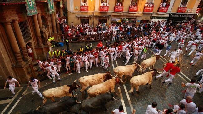San Fermin Festival, acara yang memungkinkan keinginan dikejar banteng bak di film menjadi kenyataan tahun ini dibuka pada 8 Juli lalu. (REUTERS/Susana Vera)