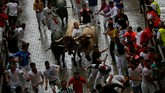 Ribuan peserta harus berdesakan di antara gang sempit kota Pamplona, dikejar banteng, atau mereka akan kena tanduk tajam sang hewan mamalia itu.(REUTERS/Joseba Etxaburu)
