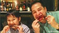 <p>Makan bareng si sulung Kenzo, nih. Oke nggak, Bun, gaya ayah dan anak ini? (Foto: Instagram @ariwibowo_official)</p>