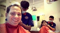 <p>Nggak harus mahal, quality time-an bareng anak juga bisa tercipta dengan potong rambut bareng. (Foto: Instagram @ariwibowo_official)<br /></p>