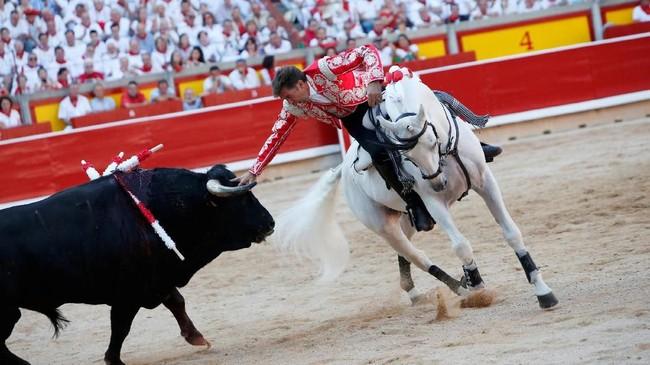 Seperti pada tahun lalu, seorang peserta nyaris meninggal ketika dirinya kena serudukan banteng kala mengikuti San Fermin Festival. (REUTERS/Joseba Etxaburu)