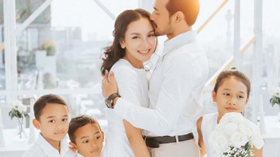 Kemesraan Oka Antara dan Rara Rayakan Ultah Pernikahan