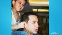 <p>Iseng banget ya Marco. Nak, itu ayah bukan kuda. Hi-hi-hi. (Foto: Instagram @ariwibowo_official)</p>