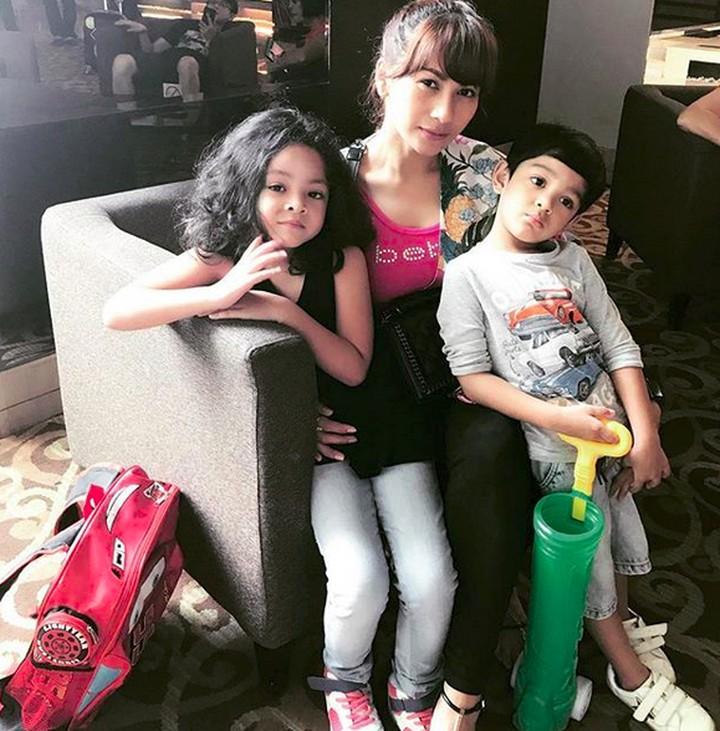 Seperti ini, Bun, saat penyanyi Tata Janeeta menghabiskan waktu bersama dua anaknya. Yuk lihat bersama.