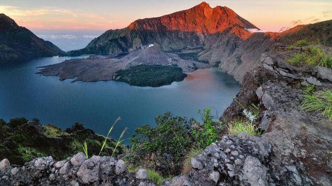 Pendakian ke Gunung Rinjani masih ditutup, namun kawasan Geopark Rinjani seperti Gili Meno, Trawangan dan Air sudah aman dikunjungi.