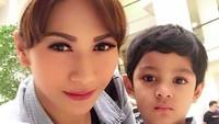 <p>Bunda Tata bersama si kecil Athar. Ganteng banget ya, Bun, Adik Athar. (Foto: Instagram/ @tatajaneetaofficial)</p>