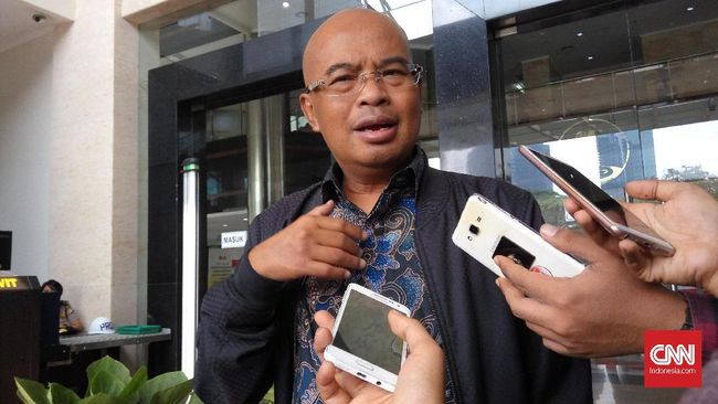 Wakil Ketua Komisi III DPR Desmond Mahesa menilai rekan-rekan Jaksa Pinangki juga patut diperiksa.