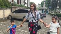 <p>Beginilah ibu dua anak, tangan kiri menggandeng si kakak, tangan kanan menggandeng si adik. He-he-he. (Foto: Instagram/ @tatajaneetaofficial) </p>