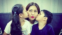 <p>Muah! Kecup sayang Amira dan Athar buat Bunda Tata. (Foto: Instagram/ @tatajaneetaofficial) </p>