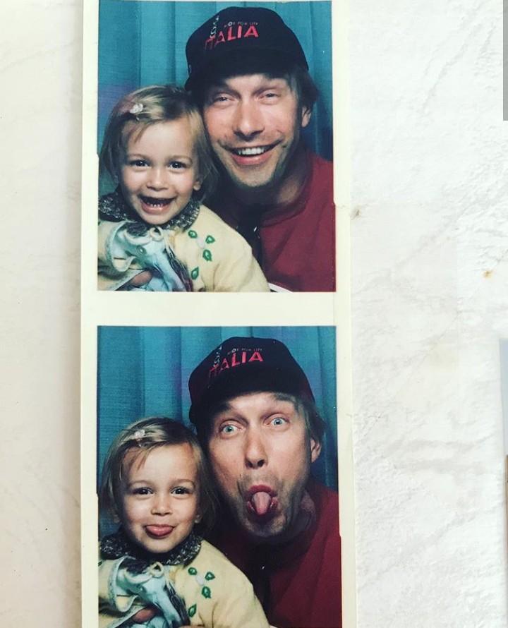 <p>Hailey adalah putri aktor Stephen Baldwin. Ini dia potret masa kecilnya bersama sang ayah. (Foto: Instagram @haileybaldwin)</p>