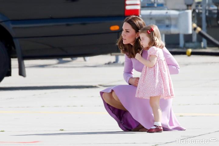 Putri Charlotte terlihat manis banget pada acara pembaptisan adiknya, Pangeran Louis. Yuk lihat potretnya bersama-sama.