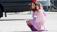 <p>Pita merah sering menempel di rambut Putri Charlotte. Cantik ya, Bun? (Foto: Getty Images)<br /><br /></p>