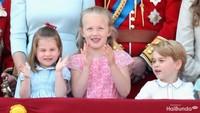 <p>Putri Charlotte jarang memakai bando di depan publik. Pada perayaan ulang tahun nenek buyutnya, Ratu Elizabeth II, Putri Charlotte memilih memakai pita merah. (Foto: Getty Images)<br /><br /></p>