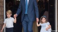 <p>Bando yang dikenakan Putri Charlotte ada pita di sebelah kirinya nih. (Foto: Getty Images)<br /><br /></p>